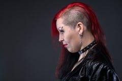 Mulher informal no casaco de cabedal, perfil fotografia de stock