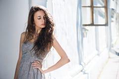 Mulher inocente com voo do cabelo encaracolado fotos de stock royalty free