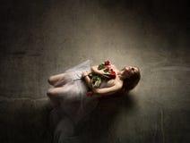 mulher inoperante com flores imagem de stock