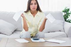 Mulher inquieta que faz suas contas Imagem de Stock Royalty Free