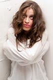 Mulher insana nova com o straitjacket que olha acima fotografia de stock