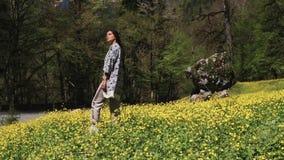 A mulher inspirada está estando na floresta perto das montanhas e do ar fresco de respiração vídeos de arquivo