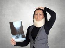 Mulher interessada com colar e a radiografia cervicais Fotografia de Stock Royalty Free