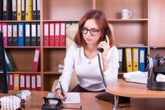 A mulher interessada escuta telefone Imagens de Stock
