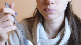 A mulher irreconhecível no revestimento cinzento come a salada vegetal Mãos e ascendente próximo da boca video estoque