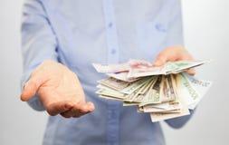 Mulher irreconhecível que alcança para fora a mão e o dinheiro vazios Fotografia de Stock Royalty Free