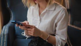 Mulher irreconhecível que usa o telefone celular vídeos de arquivo