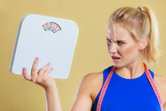 Mulher irritada com escala, tempo da perda de peso para o emagrecimento imagens de stock