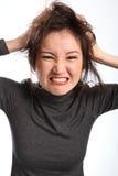 A mulher irritada e frustrante retira seu cabelo Fotos de Stock Royalty Free