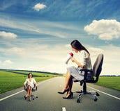 Mulher irritada e mulher calma Fotografia de Stock Royalty Free