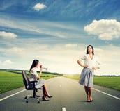 Mulher irritada e mulher calma do smiley Imagem de Stock