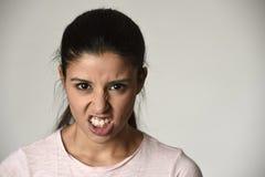 Mulher irritada e virada latino que olha temperamental furioso e louco na emoção intensa da raiva imagem de stock