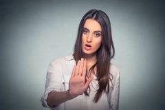 Mulher irritada irritada com a atitude má que dá a conversa ao gesto de mão Imagens de Stock