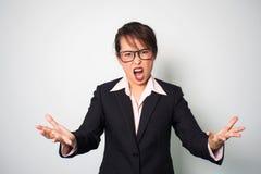 Mulher irritada Mãos da gritaria e guardar dianteiro Portr emocional fotografia de stock