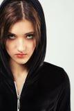 Mulher irritada na capa preta Imagens de Stock Royalty Free