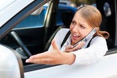 Mulher irritada no engarrafamento Fotografia de Stock