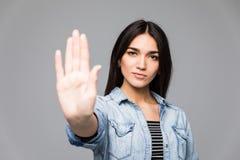 Mulher irritada irritada nova do retrato do close up com a atitude má que dá a conversa ao gesto de mão com parte traseira cinzen Imagem de Stock Royalty Free