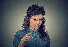 Mulher irritada que aponta na câmera imagens de stock royalty free