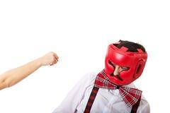 Mulher irritada que golpeia através da cara do homem Fotografia de Stock
