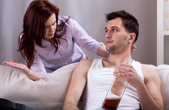 Mulher irritada que grita no marido Fotografia de Stock