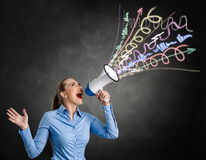 Mulher irritada que grita no megafone Imagens de Stock