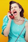 Mulher irritada que grita no telefone Fotografia de Stock Royalty Free