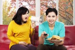 Mulher irritada que grita a seu marido Fotografia de Stock Royalty Free