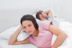 Mulher irritada que seu sócio está dormindo Imagens de Stock