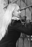 Mulher irritada Scared pelo ferro-barrado imagem de stock