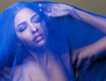 Mulher islâmica nova da beleza sob o véu, hijab azul no fim da cara acima Imagem de Stock Royalty Free