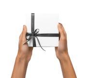 A mulher isolada entrega guardar a caixa branca atual do feriado com cinza Fotografia de Stock