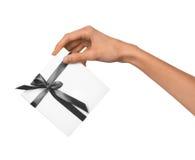 A mulher isolada entrega guardar a caixa branca atual do feriado com Grey Ribbon em um fundo branco Fotografia de Stock Royalty Free