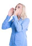 A mulher isolada jovens em uma blusa azul está chamando Imagem de Stock Royalty Free