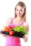 Mulher isolada que guarda a cesta dos vegetais no backg claro fotografia de stock