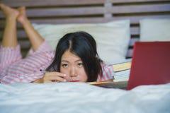 Mulher japonesa asiática frustrante e cansado nova da estudante universitário que sente exame de preparação furado e preguiçoso q imagem de stock