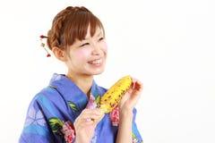 Mulher japonesa com milho grelhado Imagem de Stock Royalty Free
