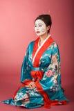 Mulher japonesa da gueixa no quimono e no facepaint Fotos de Stock Royalty Free