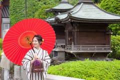 Mulher japonesa no quimono com guarda-chuva vermelho Imagem de Stock