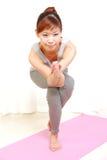 Mulher japonesa nova que faz a pose da IOGA Fotos de Stock Royalty Free