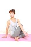 Mulher japonesa nova que faz a pose da IOGA Fotografia de Stock