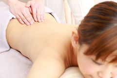 Mulher japonesa nova que obtém uma massagem Fotografia de Stock