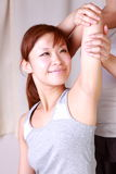 Mulher japonesa nova que obtém a quiroterapia Imagens de Stock