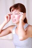 A mulher japonesa nova sofre da dor principal Imagem de Stock Royalty Free