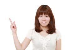 Mulher japonesa que apresenta e que mostra algo imagens de stock royalty free
