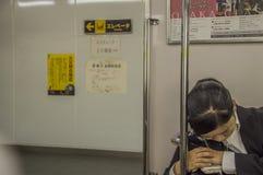 Mulher japonesa que dorme em Osaka Subway Train At Japan 2016 fotos de stock