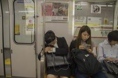 Mulher japonesa que dorme em Osaka Subway Train At Japan 2016 fotografia de stock royalty free