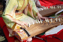 Mulher japonesa que joga o instrumento tradicional Fotografia de Stock Royalty Free