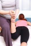 Mulher japonesa que obtém a massagem tailandesa Fotografia de Stock Royalty Free