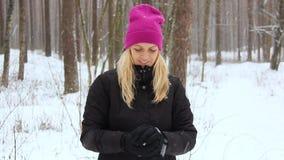 A mulher joga com uma neve em Forest Outdoor nevado vídeos de arquivo