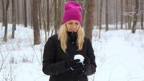 A mulher joga com uma neve em Forest Outdoor nevado filme